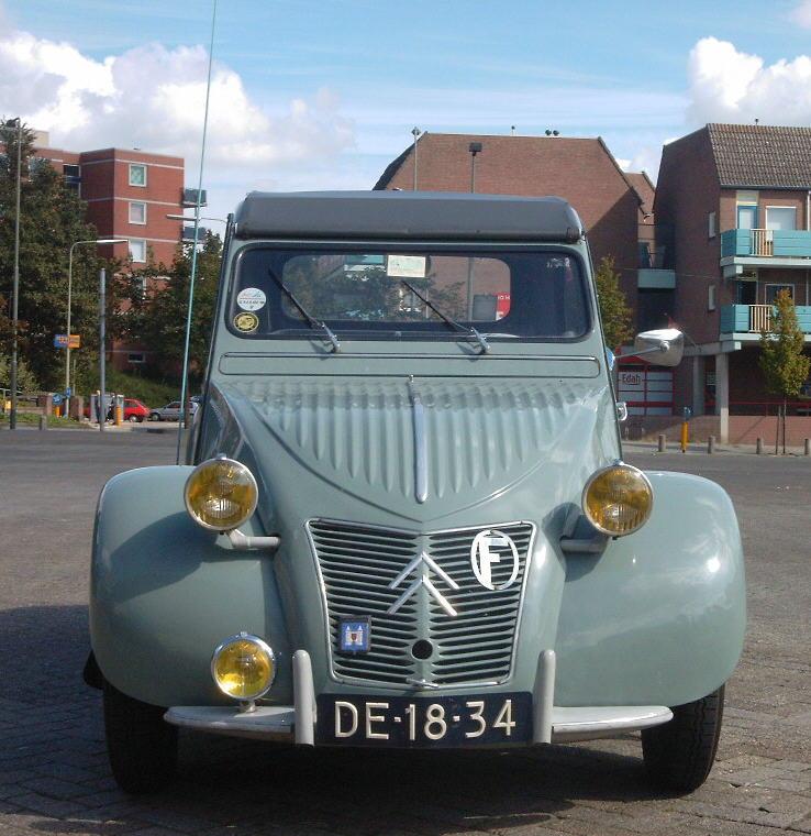 Citroën 2CV de 1957 con faros amarillos.